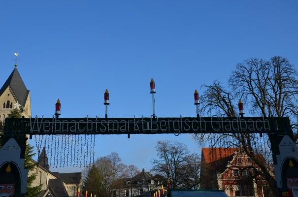 Eingang zum Weihnachtsmarkt auf dem Bergisch Gladbacher Marktplatz © entdecker-greise.de
