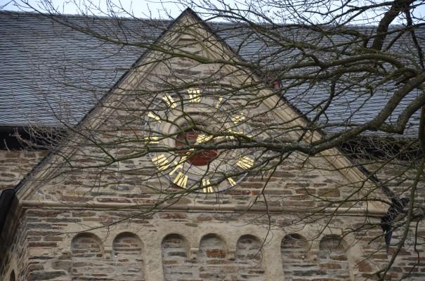 Kirchturmuhr in Altenahr bei unserem Start © entdecker-greise.de
