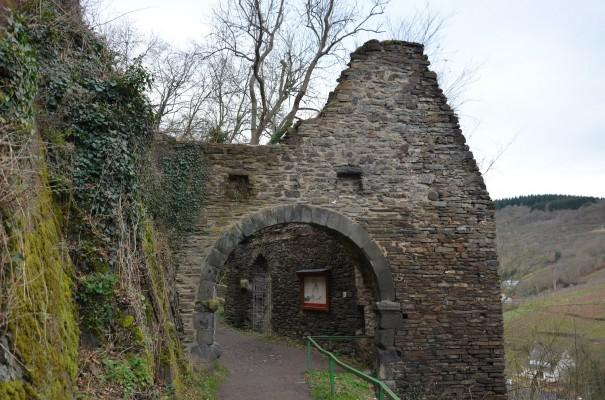 Torbogen - Burg Are lockt mit sagenhafter Kulisse © entdecker-greise.de