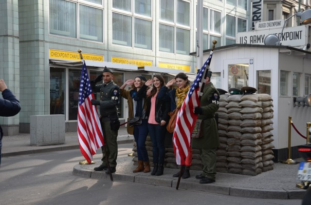 Das Kontrollhäuschen Checkpoint Charlie ist heute eine beliebte Touristenattraktion ©entdecker-greise.de
