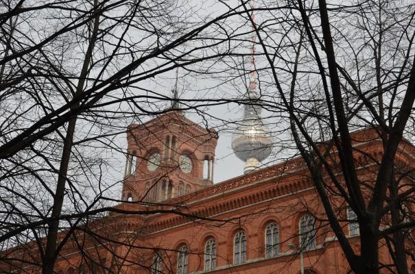 Rotes Rathaus und Fernsehturm in Berlin ©entdecker-greise.de