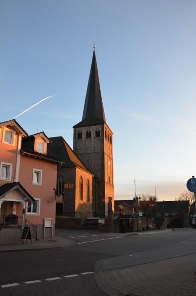 Angekommen. Der Kirchturm im Zentrum von Neunkirchen. ©entdecker-greise.de