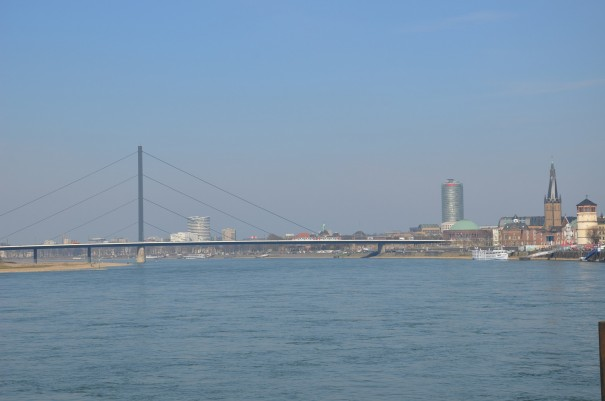 Blick von der Rheinuferpromenade auf Düsseldorf, hier zu flanieren bringt gleich Urlaubsstimmung pur ...©entdecker-greise.de