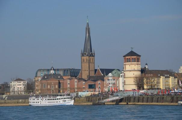 Der blick auf Düsseldorf - vom Wasser aus gesehen ©entdecker-greise.de