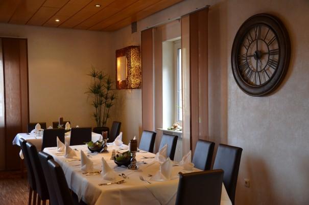 Die Tische erwarten bereits liebevoll eingedeckt die Gäste des Abends ©entdecker-greise.de