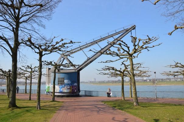 Entdeckungen auf der Düsseldorfer Rheinuferpromenade - gute Laune inclusive ... ©entdecker-greise.de