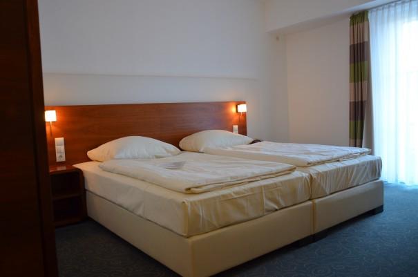 Gemütlich eingerichtete Zimmer, besonders schön, in manchen hat man Teile des alten Mauerwerkes wieder freigelegt ... ©entdecker-greis.de