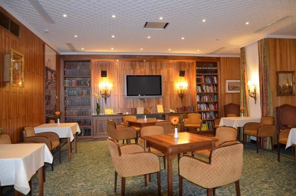 Kleine aber urgemütliche Bibliothek im Hotel Stefanie. ©entdecker-greise.de