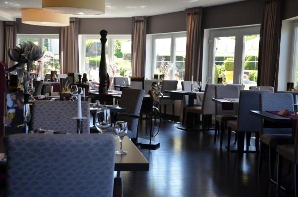 Sich bei einem köstlichen Essen und einem guten Gläschen Wein verwohnen lassen ... hier im Wellness und Spa-Resort FREUND ©entdecker-greise.de
