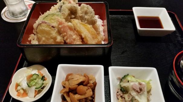 Gebackene Garnelen und Gemüse mit Reis, gesüßter Sojasoße, zwei verschiedenen Beilagen und einer Miso-Suppe - so lecker! ©entdecker-greise.de