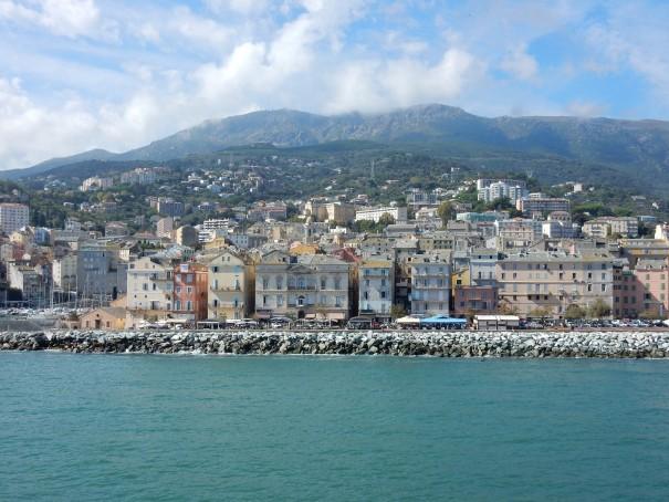Gleich legen wir an, doch bis dahin genieße ich jede einzelne Sekunde dieser herrlichen Anreise mit Corsica Ferries. ©entdecker-greise.de