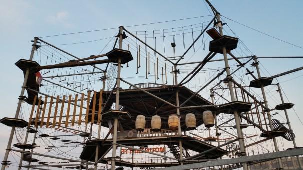 Schon von weitem erkennt man den riesigen Kletterpark der Cube Lodges! ©entdecker-greise.de