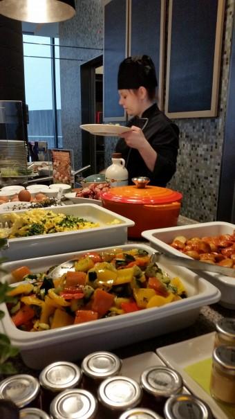 Besonders schön: das Frühstück mit Live Cooking Event im Lindner Hotel Berlin ©entdecker-greise.de
