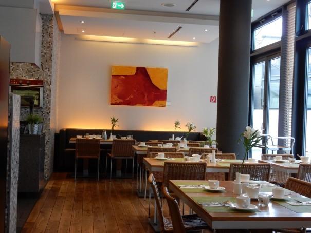 Entspanntes Frühstücksambiente im Lindner Hotel Berlin und das Langschläferfrühstück gibt es bis 12.00 Uhr - was will man mehr ... ©entdecker-greise.de