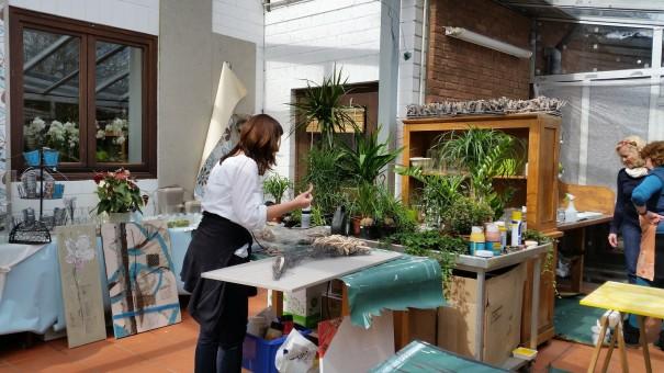 Während eine Teilnehmerin gerade ihr Kunstwerk bearbeitet, wir eine andere Teilnehmerin gerade beraten ... ©entdecker-greise.de