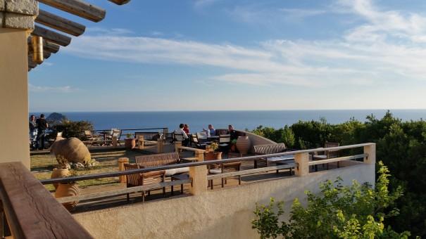 Abendessen mit Aussicht auf einen atemberaubenden Sonnenuntergang in Arillas. #corfelios ©entdecker-greise.de