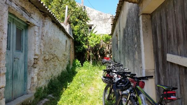 Die Räder werden ohne abzuschließen einfach so an die nächste Hauswand gestellt - unvorstellbar aber hier auf Korfu noch möglich! #Corfelios ©entdecker-greise.de