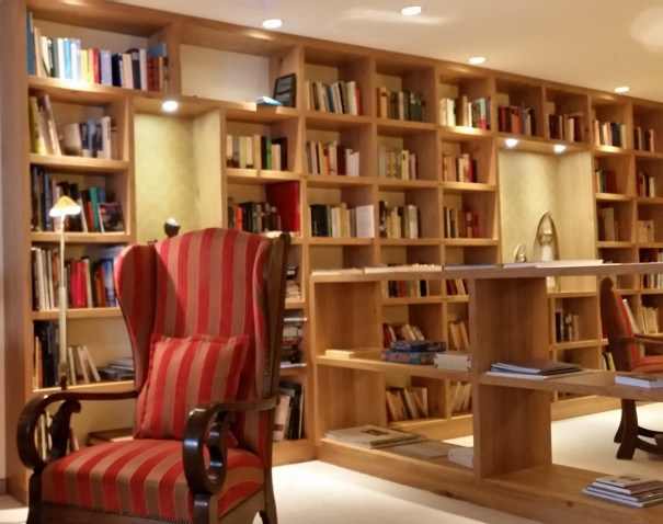 Hier entspannen Seele und Geist gleichermaßen. Bibliothek im Romantik- und Wellnesshotel Deimann ©entdecker-greise.de