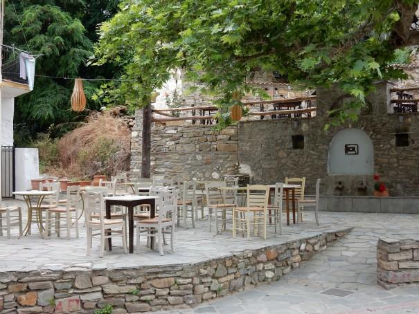 Der kleine Dorfplatz von Nikiti mit seinen gemütlichen Bars. ©www.entdecker-greise.de #corfelios