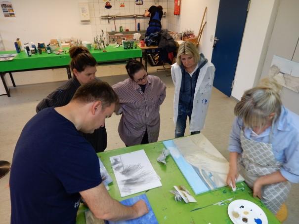 Entspannt konzentriertes Arbeiten in der Gruppe beim Malkurs von Marlies Eggers auf Langeoog. ©www.entdecker-greise.de
