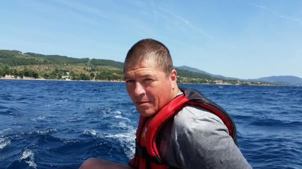 Segellehrer und Wassersportguide Sven überwacht jede Kleinigkeit um bei Bedarf gleich korregieren zu können. ©www.entdecker-greise.de #corfelios