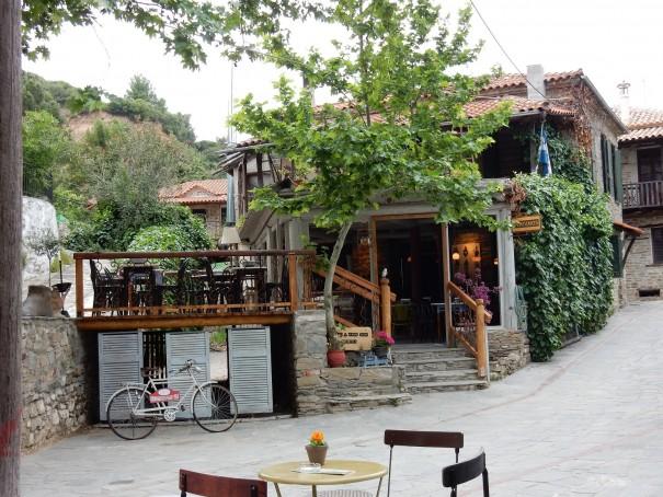 Wer sich zwischen den schönen Bars in Nikiti nicht entscheiden kann, der muss sie einfach alle besuchen. ©www.entdecker-greise.de #corfelios