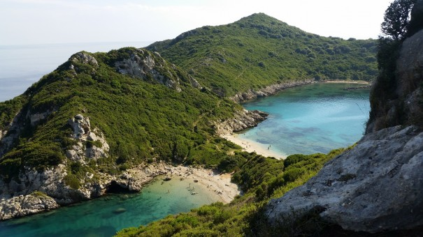Dann endlich der erste Blick auf die Zwillingsbucht von Korfu. #corfelios ©www.entdercker-greise.de